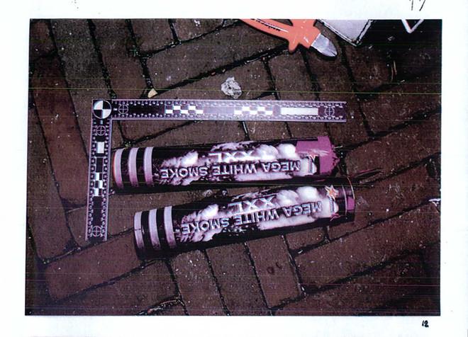 Afbeelding van de rookbommen uit het politiedossier van Matt.