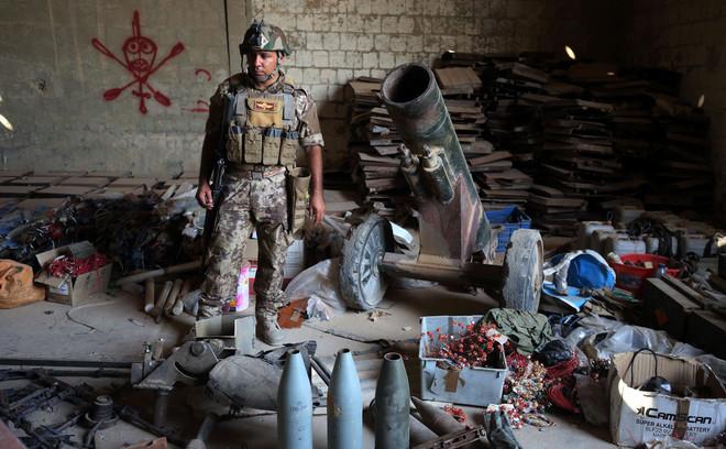 4 september 2016: Iraakse soldaten bij verzamelde wapens in de op IS heroverde stad Fallujah. Foto: Ahmad Al-Rubaye / AFP