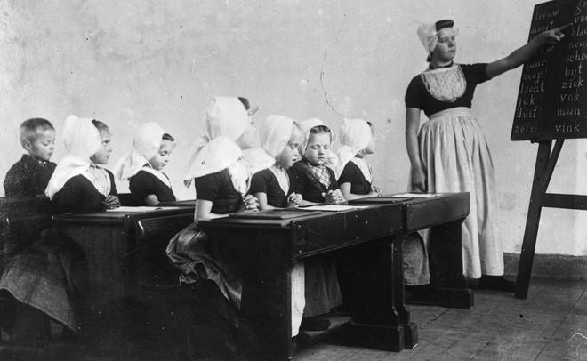 Een schoolklas aan het begin van de twintigste eeuw. Foto: Chusseau Flaviens / Getty