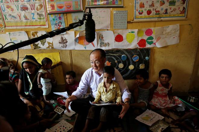 Jim Yong Kim, sinds 2012 president bij de Wereldbank, leest kinderen voor tijdens een bezoek aan een Integrated Child Development Services (ICDS)-centrum in New Delhi, India, 29 juni, 2016. Foto: Adnan Abidi