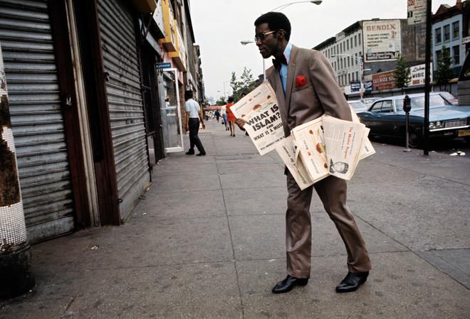 Een verkoper van de Islamitische krant op de straten van Harlem, juli 1970. New York City. Foto: Jack Garofalo / Paris Match via Getty Images