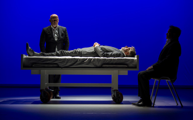 De theatervoorstelling 'Slikken en stikken' van het toneelgezelschap De Verleiders. Foto: Raymond van Olphen
