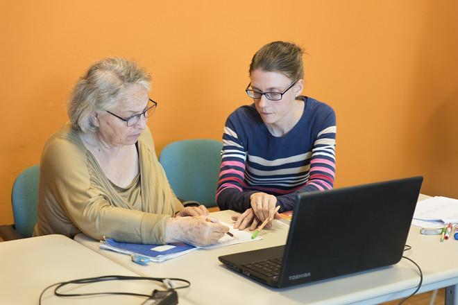 Mina en docent De Peuter tijdens een inburgeringscursus. Foto: Romi Tweebeeke (gefotografeerd voor De Correspondent in een reeks reportages over de inburgeringscursus)