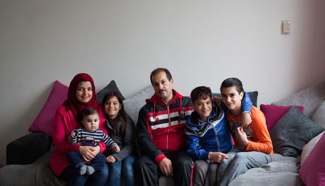 Familie Alrashed in hun huis in het Groningse Glimmen. Van links naar rechts: Huda met Jamaan op schoot, Wesal, Mahmoud, Tamim en Mohammad. Foto: Tryntsje Nauta (voor De Correspondent)