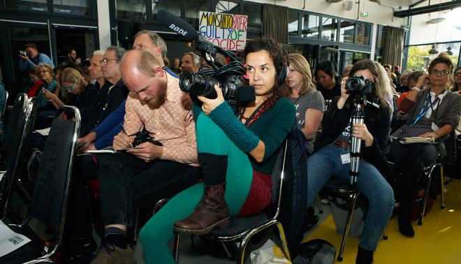 Bij de persconferentie van het fictieve Monsanto Tribunaal. Foto: Jan Dirk van der Burg (voor De Correspondent)