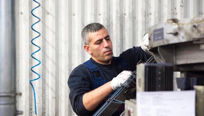 Safwan (35) werkt sinds een half jaar als metaalbewerker. Volgende week heeft hij zijn eerste examen voor de inburgeringscursus. Foto: Romi Tweebeeke (voor De Correspondent)