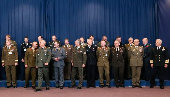 Het Militair Comité van de EU voordat er een officiële groepsfoto genomen zal worden. Foto: Olivier Hoslet / EPA