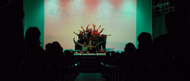 Tijdens een voorstelling van het theaterproject Victus, waarvoor slachtoffers en ex-strijders van het gewapend conflict in Colombia samen op de planken staan om hun geschillen bij te leggen. Foto: Gabriel Corredor (voor De Correspondent)