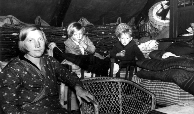 The Van Santen family lives in a tent (a canvas hut) and must get by on four guilders a week; the Netherlands, 1936. Photo by Spaarnestad / Hollandse Hoogte