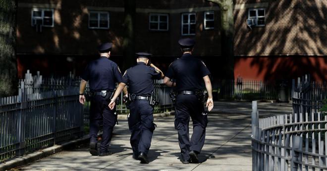 Politieagenten lopen door Harlem in New York City, eind 2013. Foto: Seth Wenig / AP