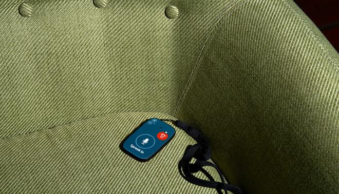 Met dit apparaatje kunnen deelnemers van de Dementiedagboeken geluidsfragmenten opnemen. Foto: Roderik Rotting (voor De Correspondent)