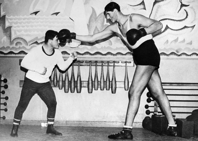 Wereldkampioen weltergewicht boksen Lou Brouillard spart met 's werelds langste bokser, de Roemeen Gogea Mitu, op 18 december, 1935. Foto: Underwood Archives / Getty Images