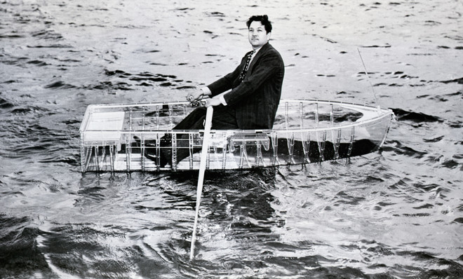 De eerste plastic roeiboot, gemaakt van Du Ponts kristalheldere 'Lucite,' wordt getest door zijn ontwerper. Foto: Getty Images