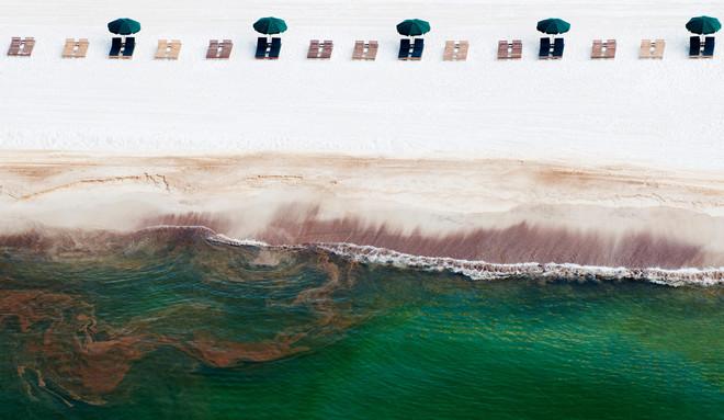 Olie spoelt aan op Orange Beach, Alabama, in 2010. Foto: Kari Goodnough / Bloomberg via Getty Images