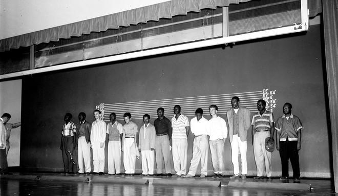 Een groep mannen staat in de rij om op de foto te gaan voor de politie in 1958. Foto:  USC Libraries / Corbis via Getty Images