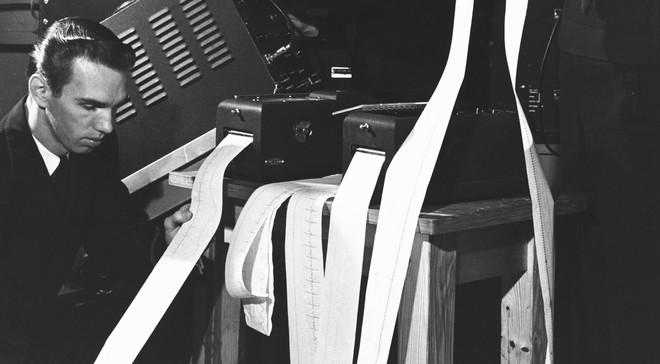 Elektrotechnici bekijken fysiologische data die van een piloot zijn verzameld tijdens een vlucht. Foto: Hulton-Deutsch Collection / Getty Images