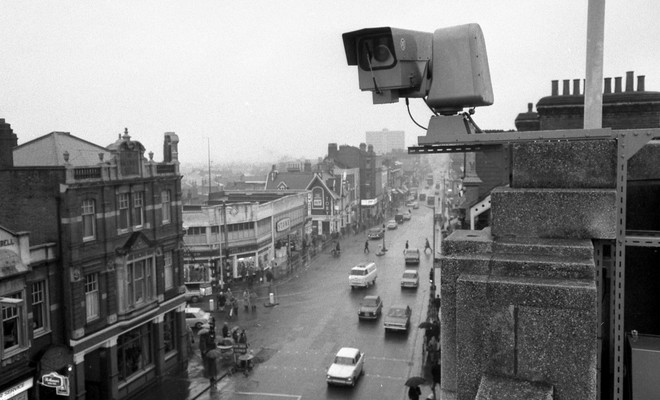 Een bewakingscamera in Croydon, 1968. Foto: Mirrorpix / Getty Images