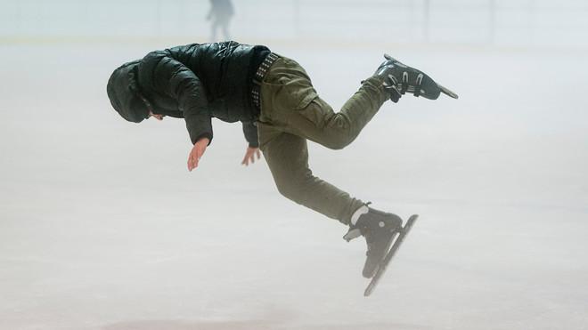 Statushouders nemen deel aan een Hollandse schaatsmiddag in Den Haag. Foto: Robin Utrecht / ANP