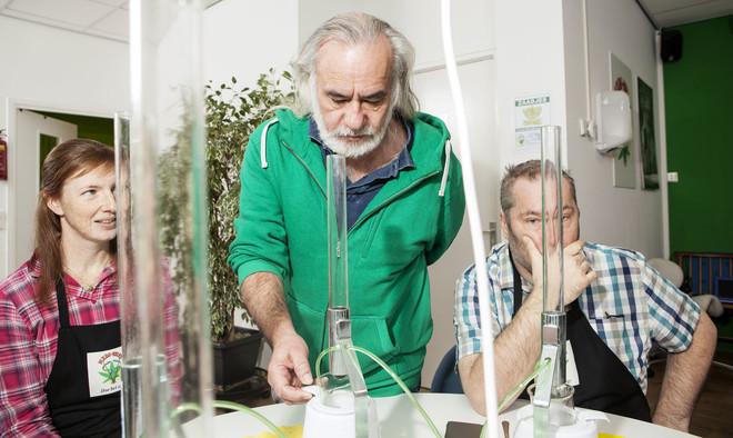 Wernard Bruining (midden) tijdens een cursusdag wietolie maken. Foto: Niels Blekemolen (voor De Correspondent)