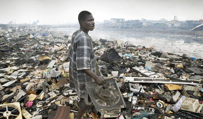 Door de wegwerpmobieltjes groeien de nu al enorme bergen e-waste in Afrika. Berucht is de enorme elektronische afvalhoop Agbogbloshie in Ghana. Foto: Ton Toemen / HH