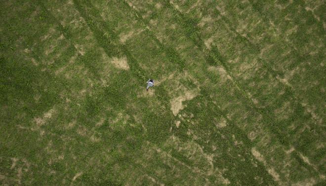 Een drone maakt een foto van Robin van de Putte, oprichter van Aerialtronics. Foto: Daan Paans (voor De Correspondent)