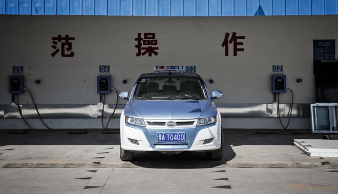 Een elektrische BYD-taxi staat bij een oplaadstation in Taiyuan. Deze stad koos er als eerste voor om al haar taxi's te vervangen door elektrische wagens. 13 september, 2016. Foto: Qilai Shen /Bloomberg via Getty Images