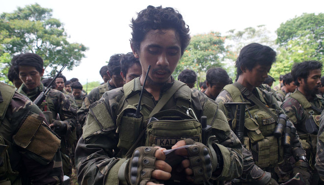 25 mei: Filipijnse soldaten maken zich op voor de gevechten in de stad Marawi. Foto: Linus G. Escandor / EPA