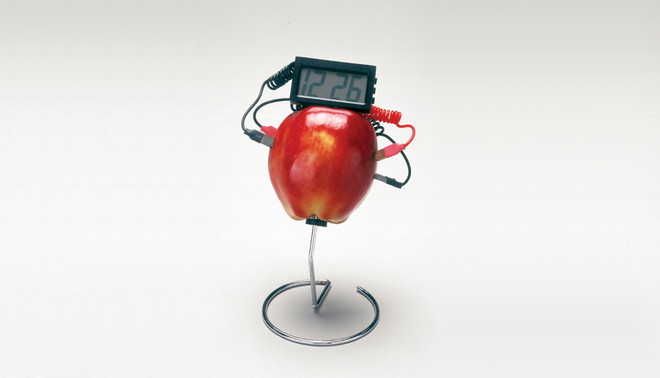 Een appel fungeert als batterij voor een klok. Foto: SSPL / Getty Images