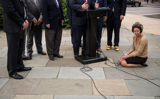 Een journalist zit op de grond tijdens een persconferentie van Rep. Trent Franks voor het Witte Huis, deze staat in het teken van de eerste reeks staatsbezoeken van president Trump, 22 mei 2017. Foto: Drew Angerer / Getty Images