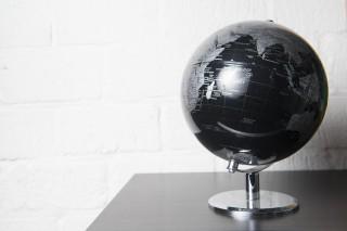 De wereldbol bij Martijn thuis. Foto: Thomas Donker (voor De Correspondent)