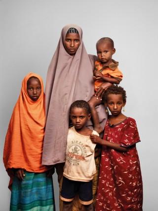 Maryan (35) en haar kinderen Malyun, Ali, Fatuma, Khalif en Abdi uit Somalië wonen in vluchtelingenkamp Dadaab. Foto: James Mollison/Getty Images