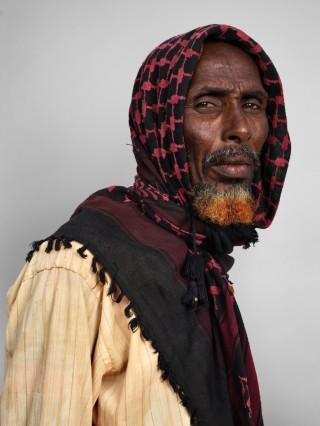 Aden Mohid Suthi (50) uit Somalië was net twintig dagen in Dadaab toen deze foto werd gemaakt. Hij vluchtte met zijn vier kleine kinderen vanwege de aanhoudende droogte en gevechten tussen clans. Foto: James Mollison/Getty Images