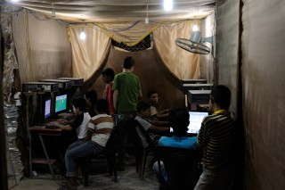 Een internetcafe in Al-Za'atari. Foto: Thijs Heslenfeld