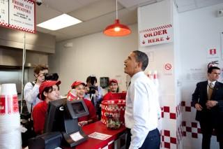 Hoe groot zal de verrassing van zo'n spontaan bezoek van Obama werkelijk zijn, als er al fotojournalisten achter de toonbank staan en cameraploegen aanwezig zijn? Foto: Pete Souza/the White House