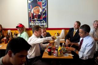 Medvedev (toen nog Russische president) eet er een tijdens zijn bezoek aan Obama op 24 juni 2010. Foto: Pete Souza/The White House