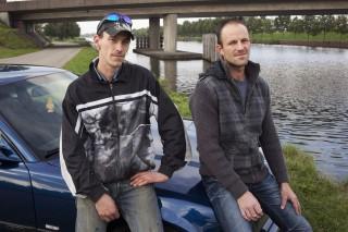 Wesley (links) en Sander (rechts), op de plek waar ze altijd rondhingen als het regende. Foto: Martijn van de Griendt