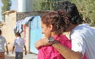 Beritan met haar broer op straat. Foto: Monique Samuel