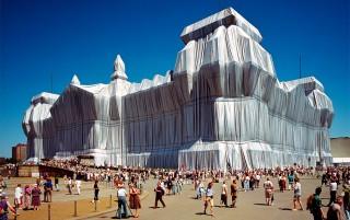 Wrapped Reichstag in Berlijn (Duitsland), ingepakt door Christo in 1995. Foto: Hollandse Hoogte