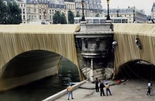 The Pont Neuf Wrapped in Parijs (Frankrijk), ingepakt door Christo in 1985. Foto: Hollandse Hoogte