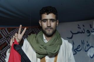 Nomadi Abdessazam (25): 'We leven onder een illegale bezetting, zonder rechten, media of onderwijs. Ik strijd door totdat we vrij zijn.' Foto: Andreas Stahl