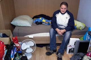 Ricardo Hunefeld op z'n kamer in Marthijns huis, waar hij is ondergedoken. Foto: Martijn van de Griendt