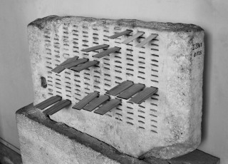 Restant van een kleroterion (lotingsapparaat), opgegraven in Athene, met daarin enkele replica's van naamplaatjes.  Bron: Agathe.gr