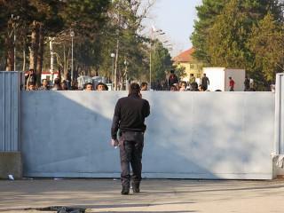 De poort van het kamp, die alleen opengaat door een bewaker om te kopen. Foto: Maite Vermeulen