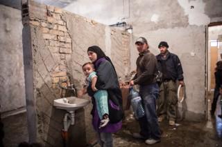 Deze drie kranen worden door 1100 mensen gedeeld. Er is geen warm water. Foto: Jodi Hilton/Hollandse Hoogte