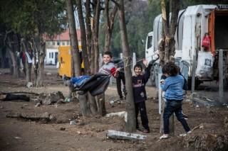 Langs de randen van het kamp Harmanli hebben kinderen een schommel gemaakt. Foto: Jodi Hilton/Hollandse Hoogte