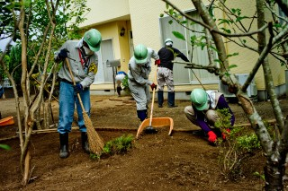 Tweeduizend man zijn continu aan het werk om het gebied rondom de kerncentrale af te graven. Een acceptabele bestemming voor de besmette grond is er nog niet. Foto: Tomás Munita/Hollandse Hoogte