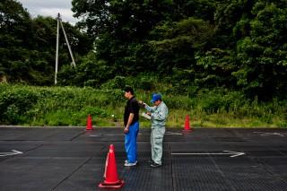 Een arbeider wordt gecheckt op radioactieve straling, na het schoonmaken in het afgesloten gebieden rondom Fukushima. Foto: Tomás Munita/Hollandse Hoogte