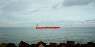 Een tanker vaart de Rotterdamse haven binnen. Foto: Mischa Keijser/Hollandse Hoogte