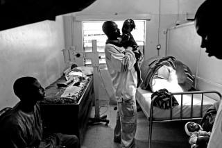 In het ziekenhuis in Kano (Nigeria) krijgen kinderen met polio licht-therapie. Zo'n behandeling kost 100 Naira (zo'n 46 eurocent) voor 15 minuten onder en warmtelamp. Foto: Mary F. Calvert/Hollandse Hoogte