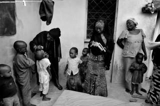Ondanks enig protest van de moeder (rechts in beeld) vaccineert een medewerker van UNICEF haar vijf kinderen tegen polio, in de stad Kano in Nigeria. Foto: Mary F. Calvert/Hollandse Hoogte